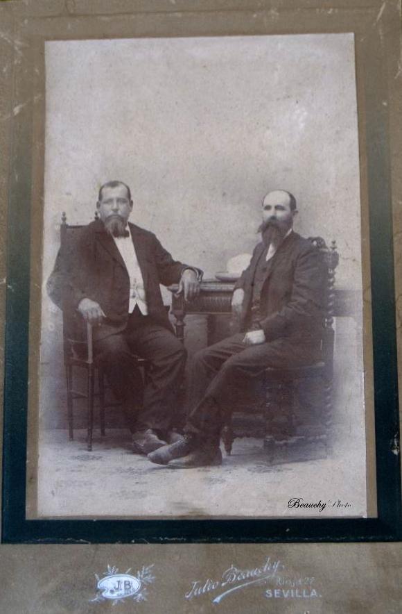 Beauchyphoto_Hombres_sentados_Julio_Beauchy_Garcia_fotografias_antiguas_postales_retratos.jpg