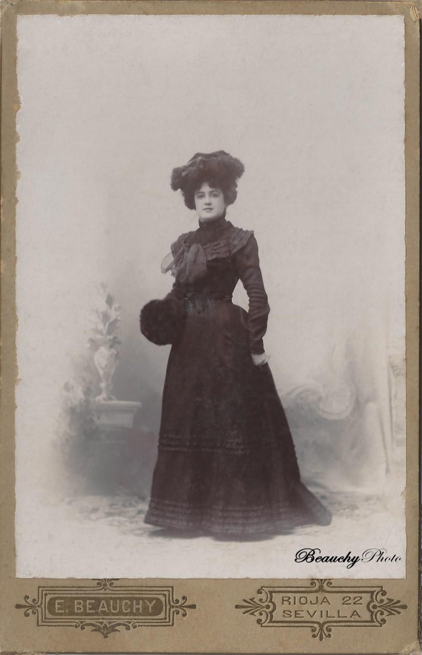 Beauchyphoto_Mujer_de_pie_con_sombrero_Emilio_Beauchy_Cano_fotografias_antiguas_postales_retratos