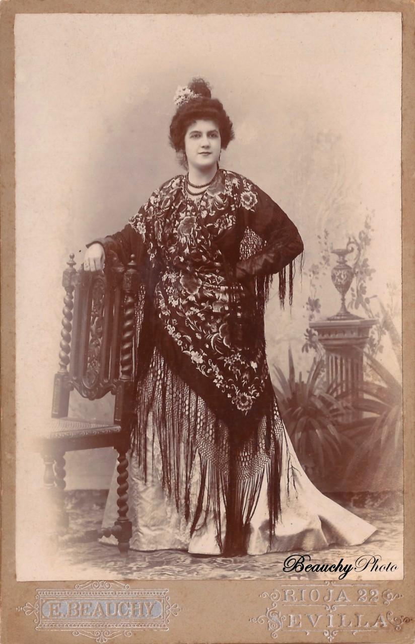 Mujer de pie con mantón