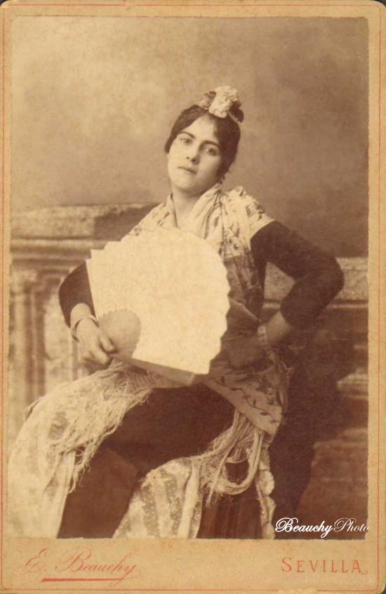 Beauchyphoto_Mujer_con_abanico_Emilio_Beauchy_Cano_fotografias_antiguas_postales_retratos