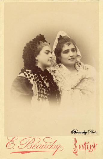 Mujeres con atuendo goyesco y con peineta