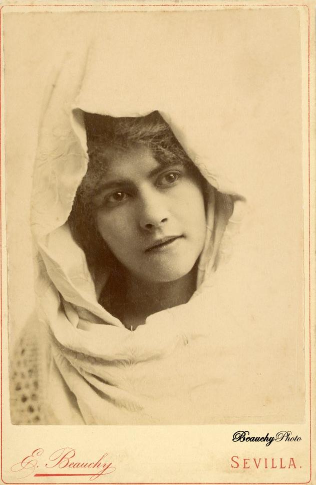 Busto de mujer cubierta por mantón