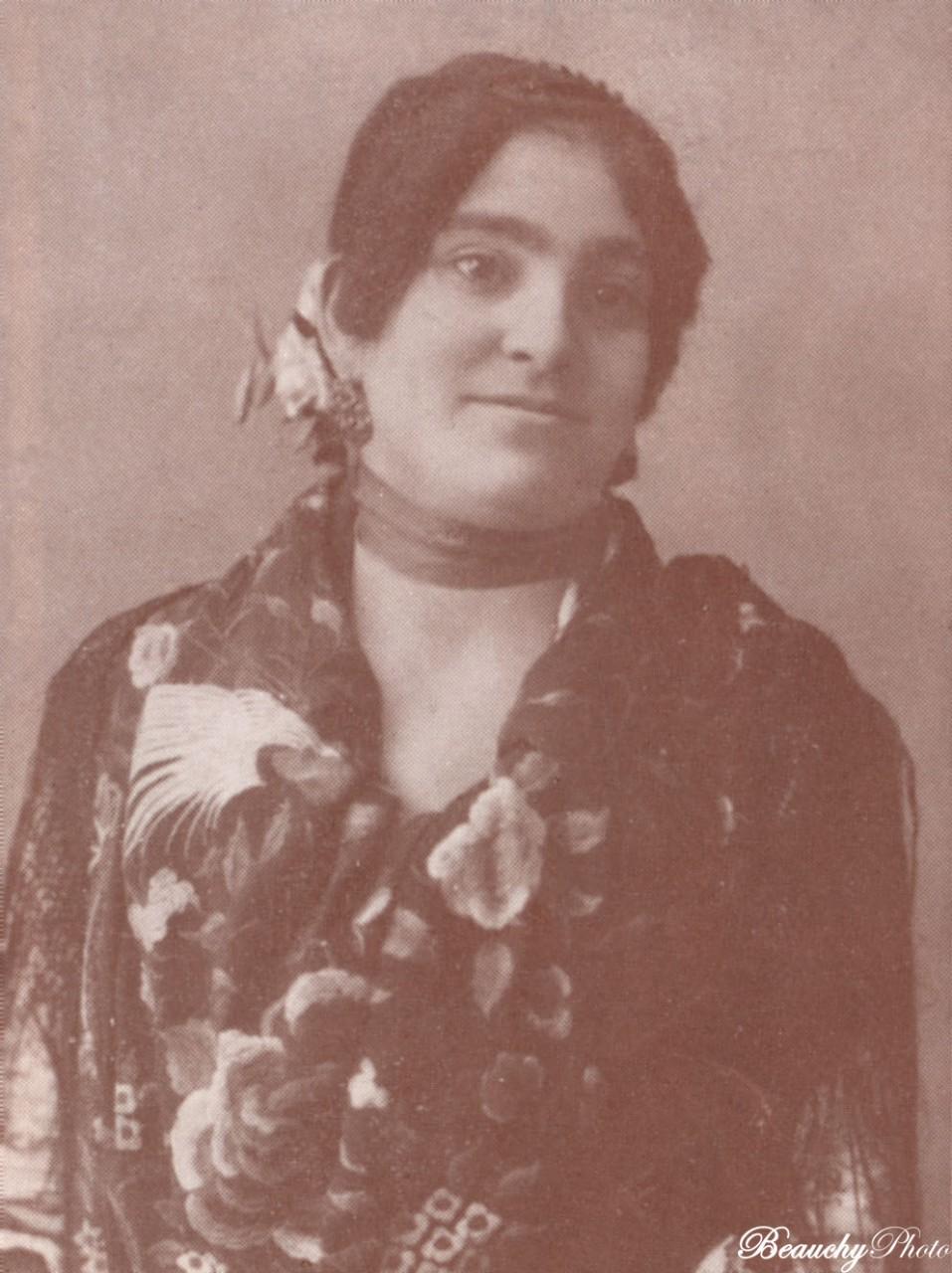 Retrato de mujer con cinta en el cuello