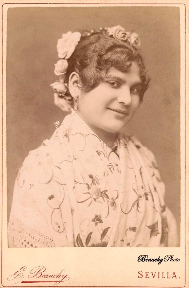 Mujer con matón blanco