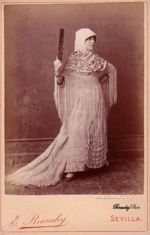 Mujer con cabeza cubierta y abanico