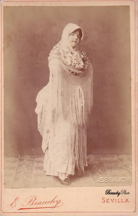 Mujer de cuerpo entero cubierta por mantón