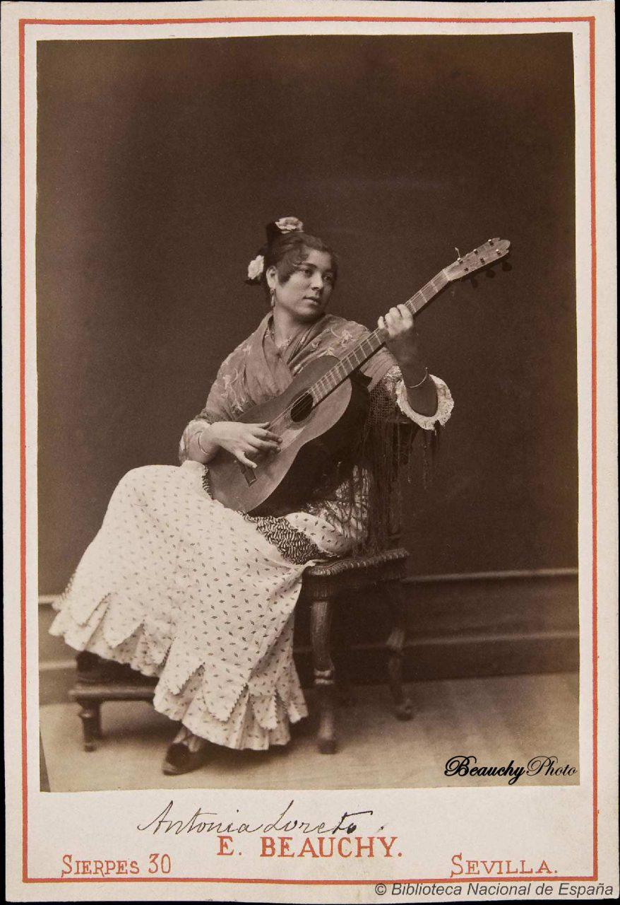 Antonia Loreto tocando la guitarra