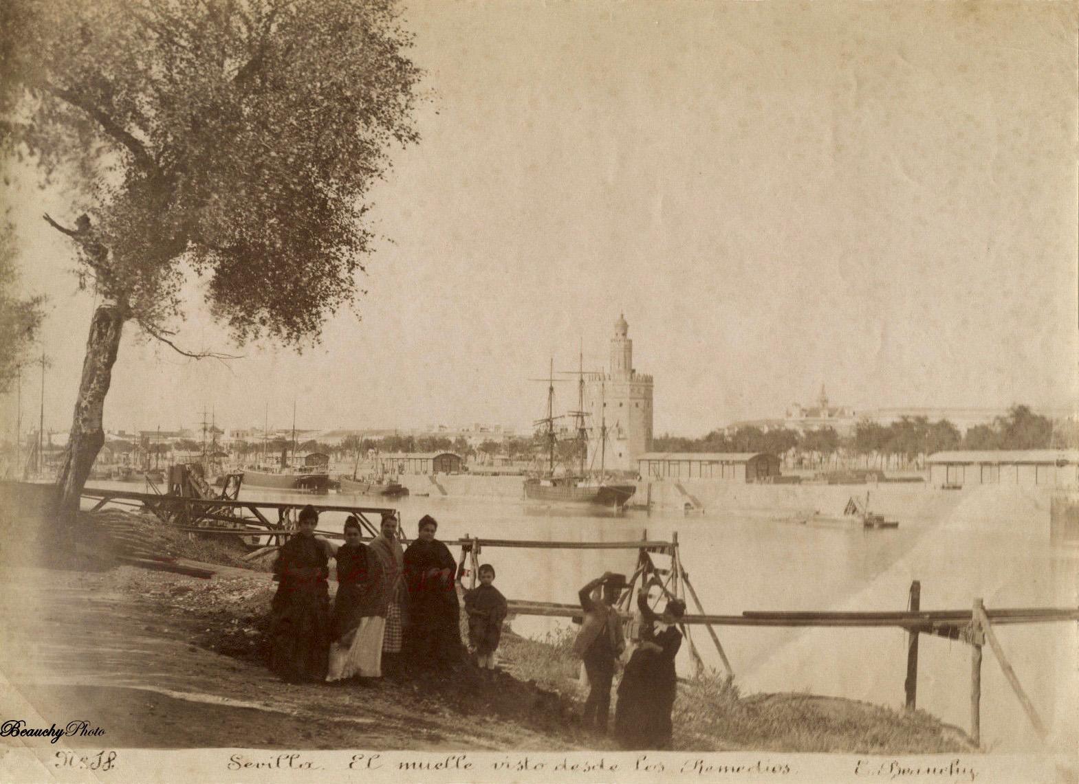 Grupo de cigarreras en el Muelle de Los Remedios de Sevilla