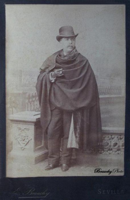 Caballero con capa y sombrero