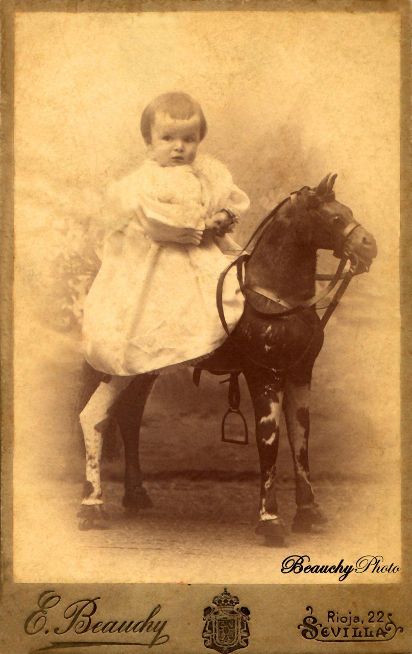 Niño montado en caballito de cartón