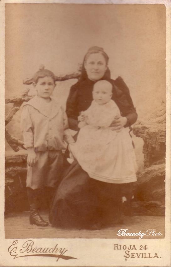 Mujer con dos niños