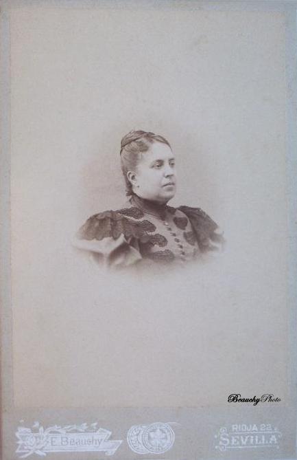 Beauchyphoto_Mujer_de_perfil_de_medio_cuerpo_Emilio_Beauchy_Cano_fotografias_antiguas_postales_retratos