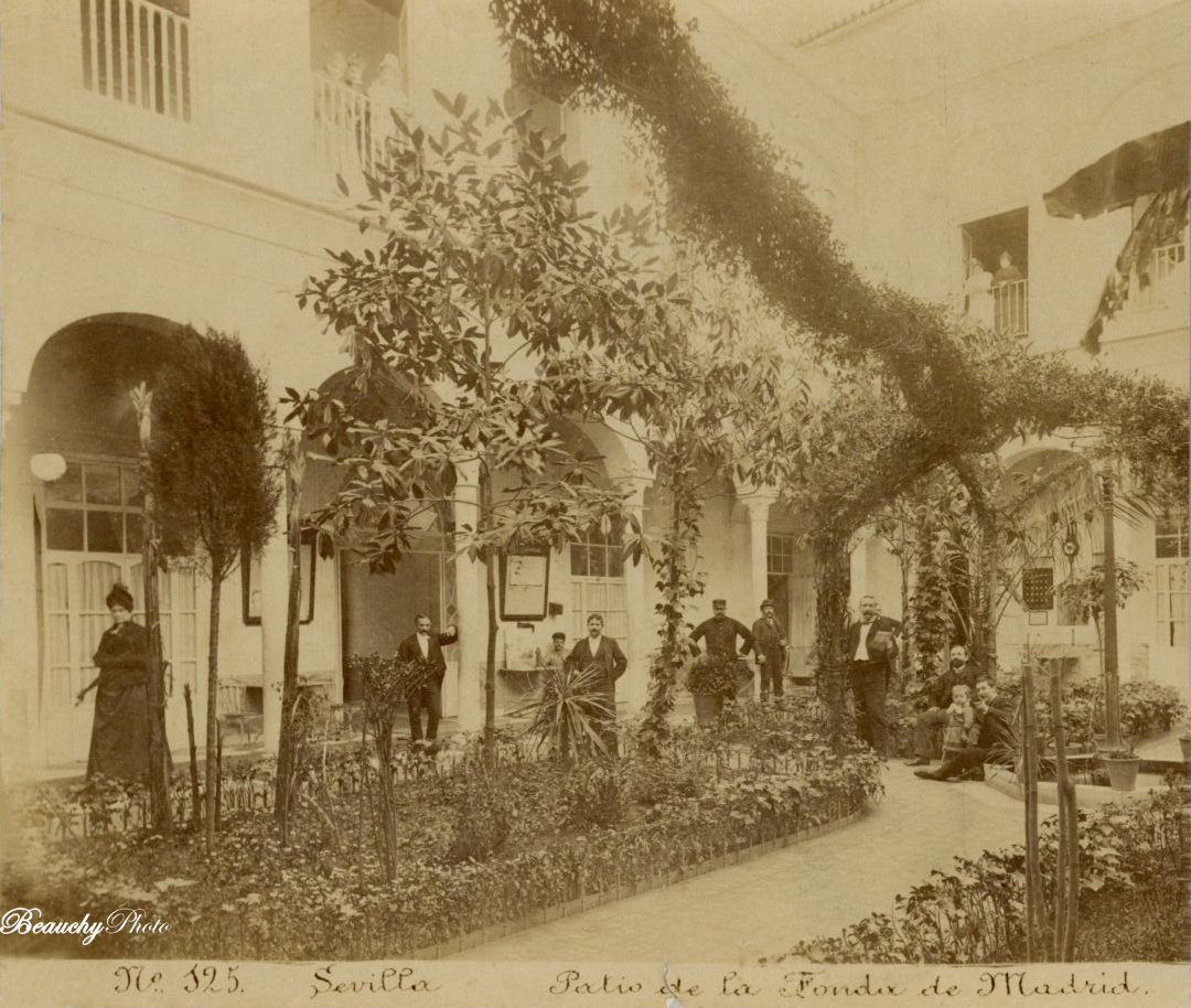 Patio de la fonda Madrid en Sevilla