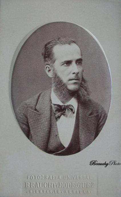 Señor con barba y corbata de pajarita