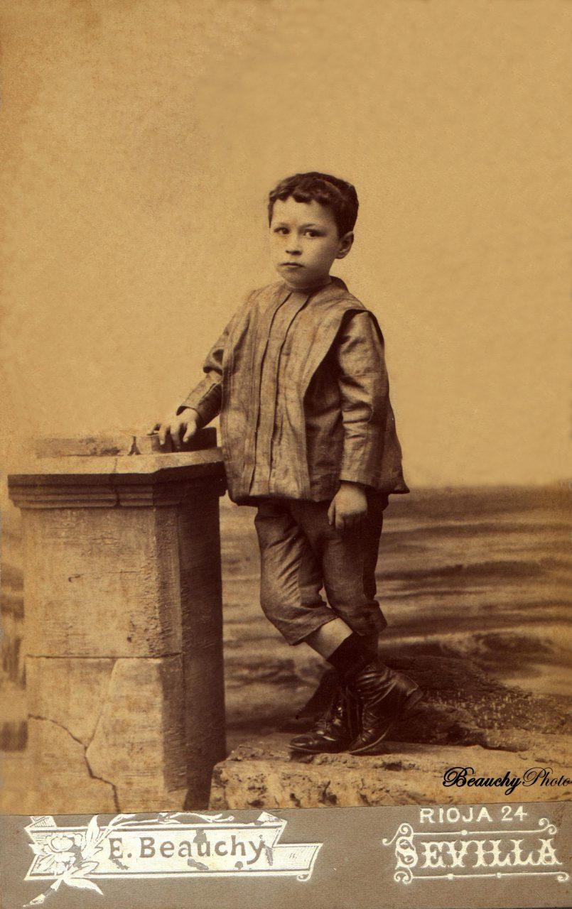 Niño apoyado en una columna
