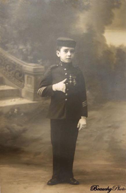 Niño vestido de militar