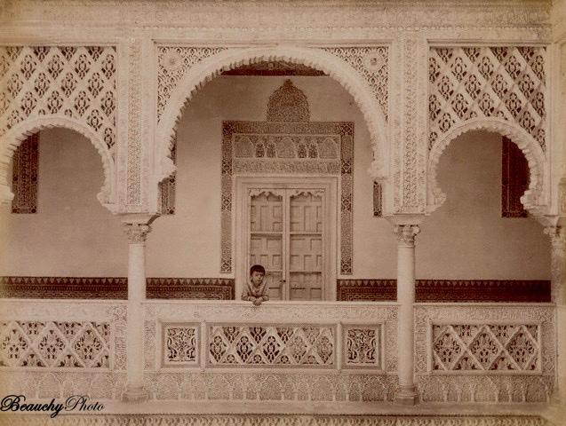 Niño en el Patio de las Muñecas en el Alcázar de Sevilla