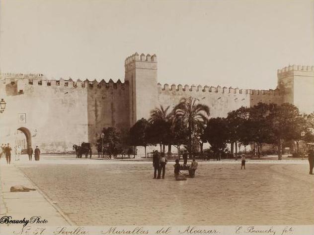 Murallas del Real Alcázar desde la Plaza del Triunfo de Sevilla