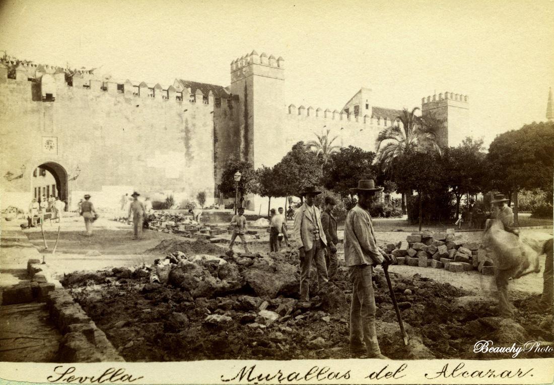 Murallas del Alcázar de Sevilla y operarios trabajando en la Plaza del Triunfo