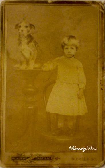Niña con perro en pedestal