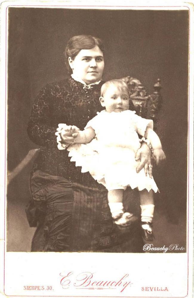 Mujer con niño sentada en una mecedora