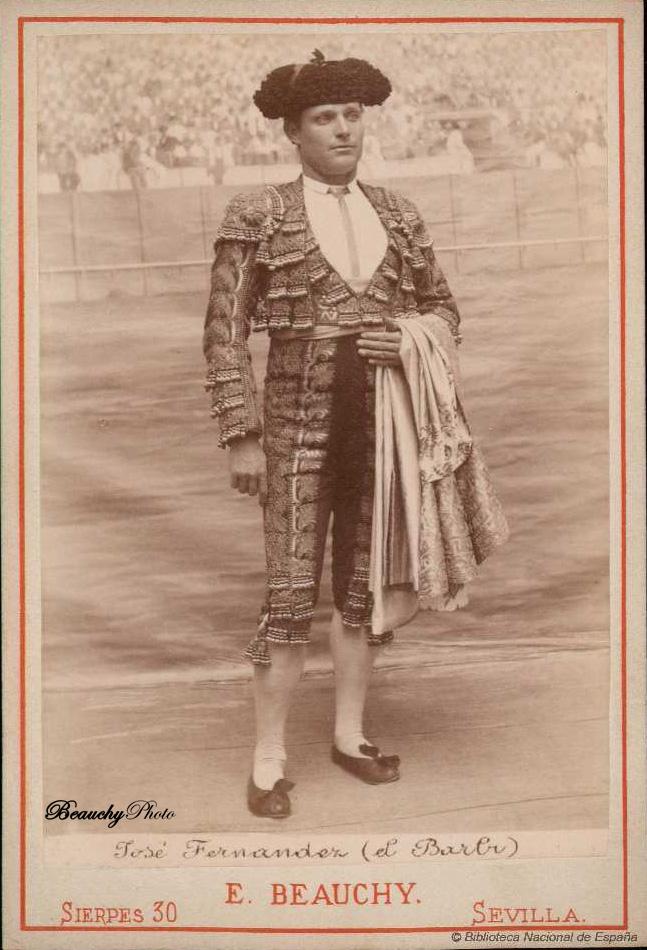 Torero José Fernández Barbi con traje de luces y capote de paseo