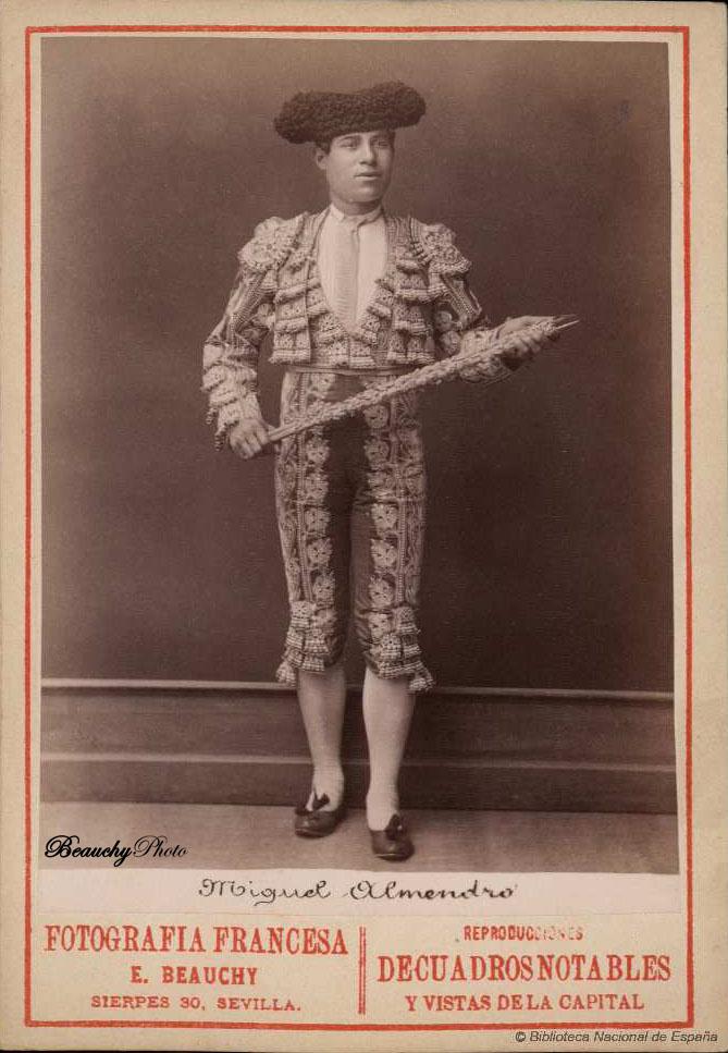 Torero Miguel Almendro con traje de luces y banderillas