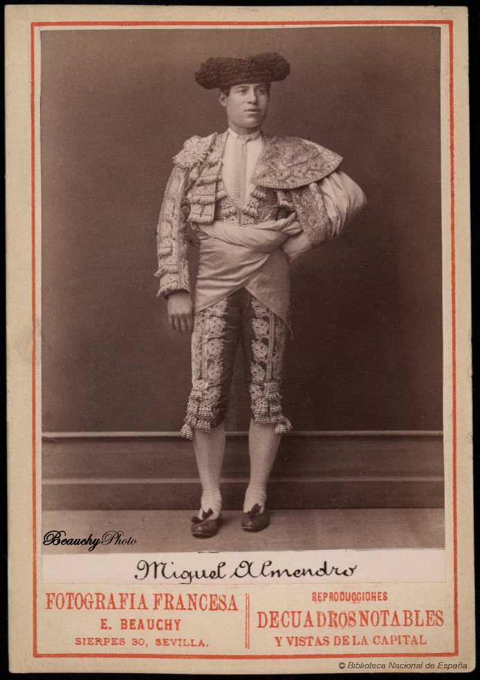 Torero Miguel Almendro con traje de luces y capote de paseo