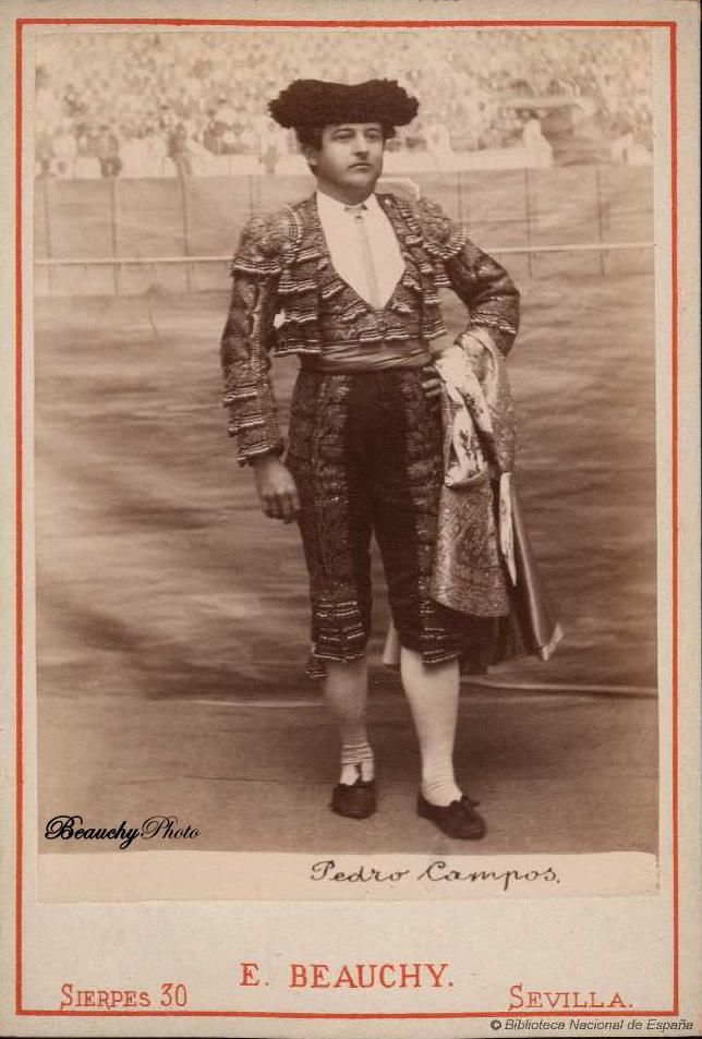 Torero Pedro Campos con traje de luces y capote de paseo