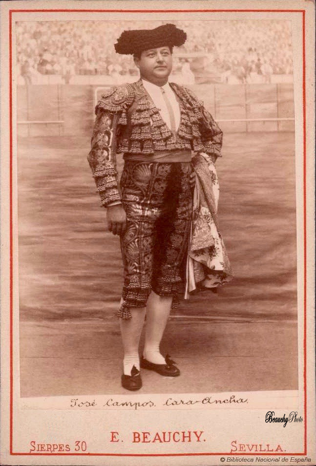 Torero José Campos Cara Ancha con capote de paseo