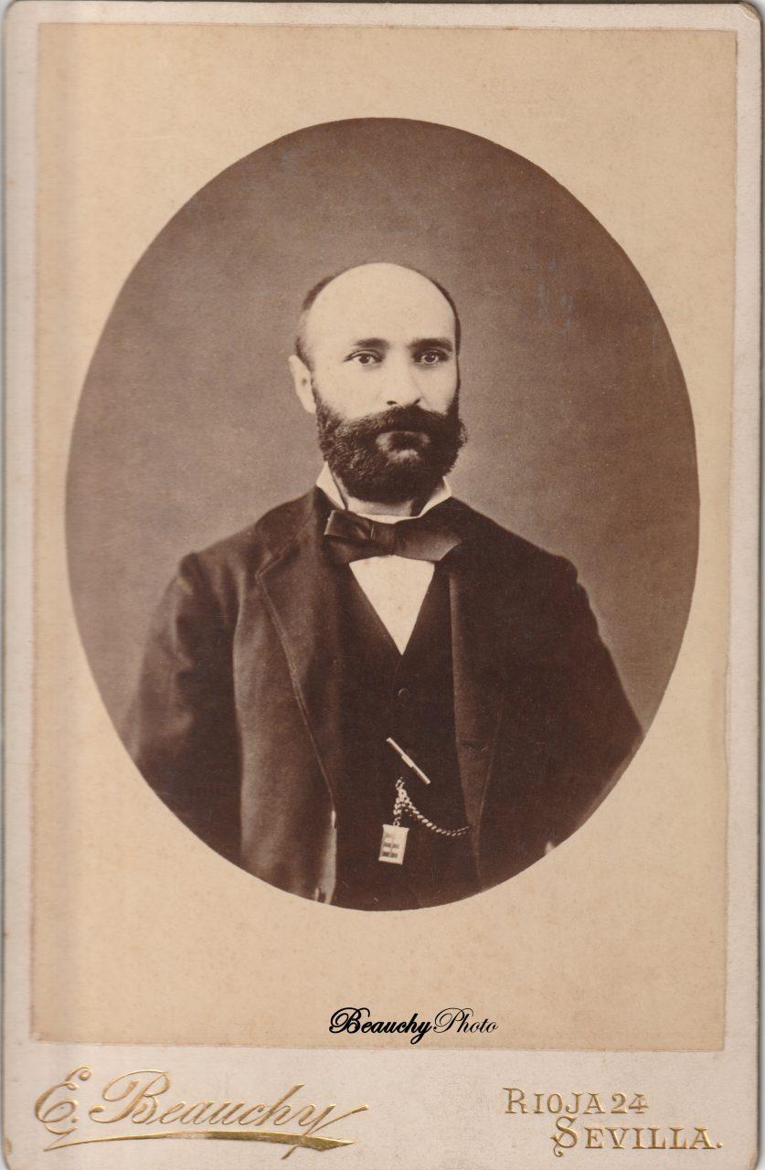 Caballero con barba y pajarita