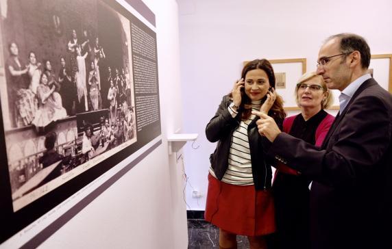El comisario de la muestra del CDIS, Luis Méndez, señala una de las fotografías más representativas de Emilio Beauchy Cano, el Café Burrero.