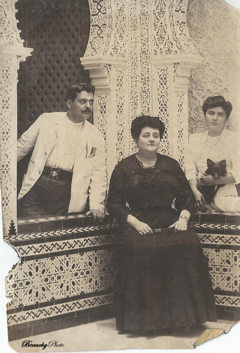 El fotógrafo Julio Beauchy García, su mujer y su tía, en el Estudio de Fotografía de la calle Rioja 22 de Sevilla.