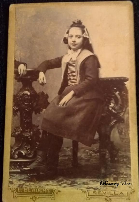 Retrato de joven niña antepasada Patricia Roxana