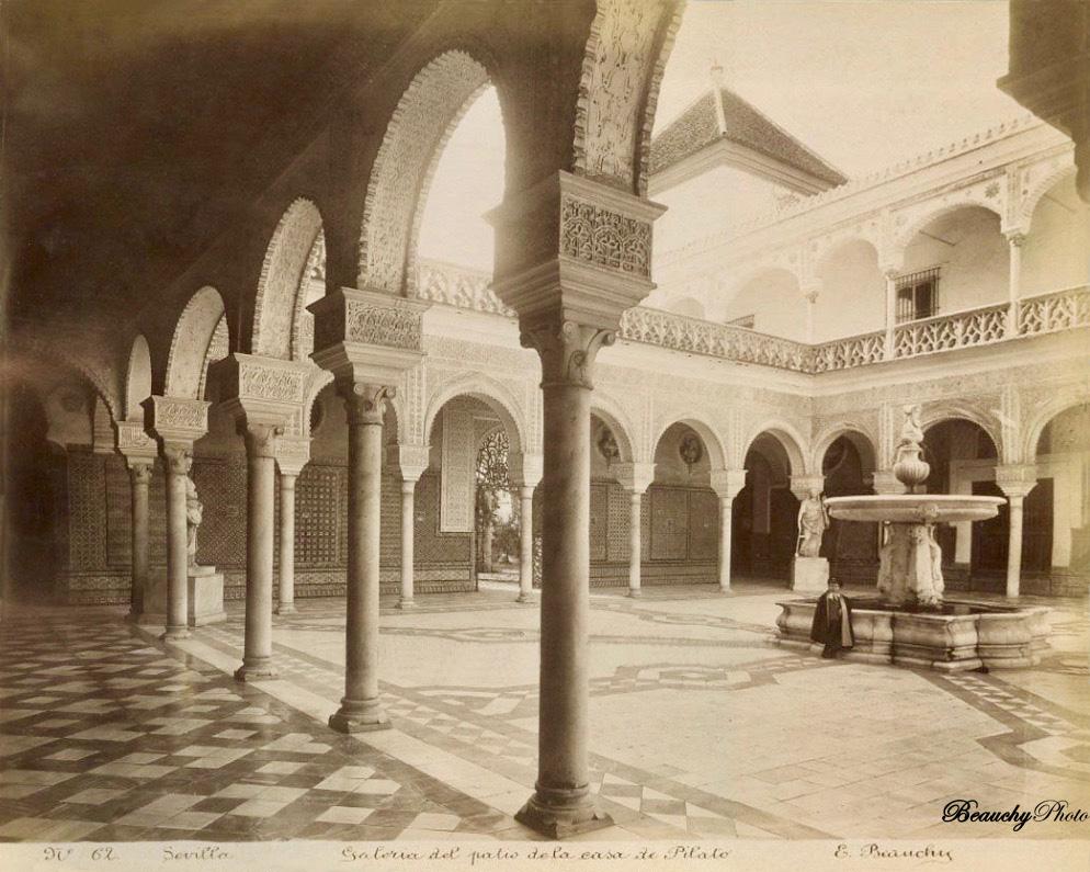 Niño en el Patio de la Casa de Pilatos de Sevilla