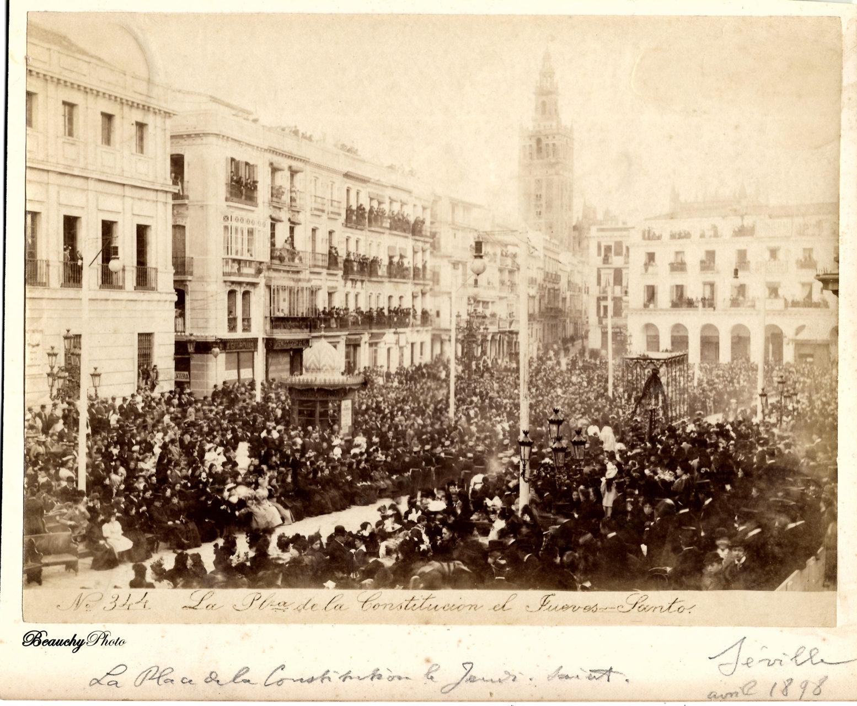 Jueves Santo en la Plaza de la Constitución de Sevilla