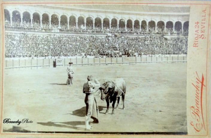 La suerte de matar en una corrida de toros en Sevilla 1900