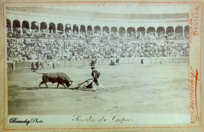 Suerte de capa en una corrida de toros en Sevilla 1900