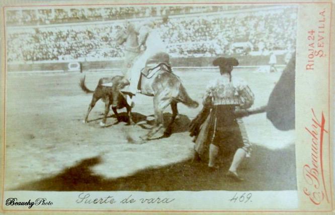 Suerte de varas en una corrida de toros en Sevilla 1900