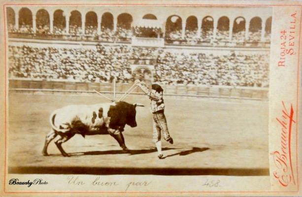 Un buen par de banderillas en corrida de toros en Sevilla 1900