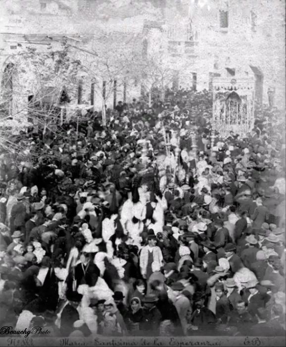 La Esperanza Macarena en procesión
