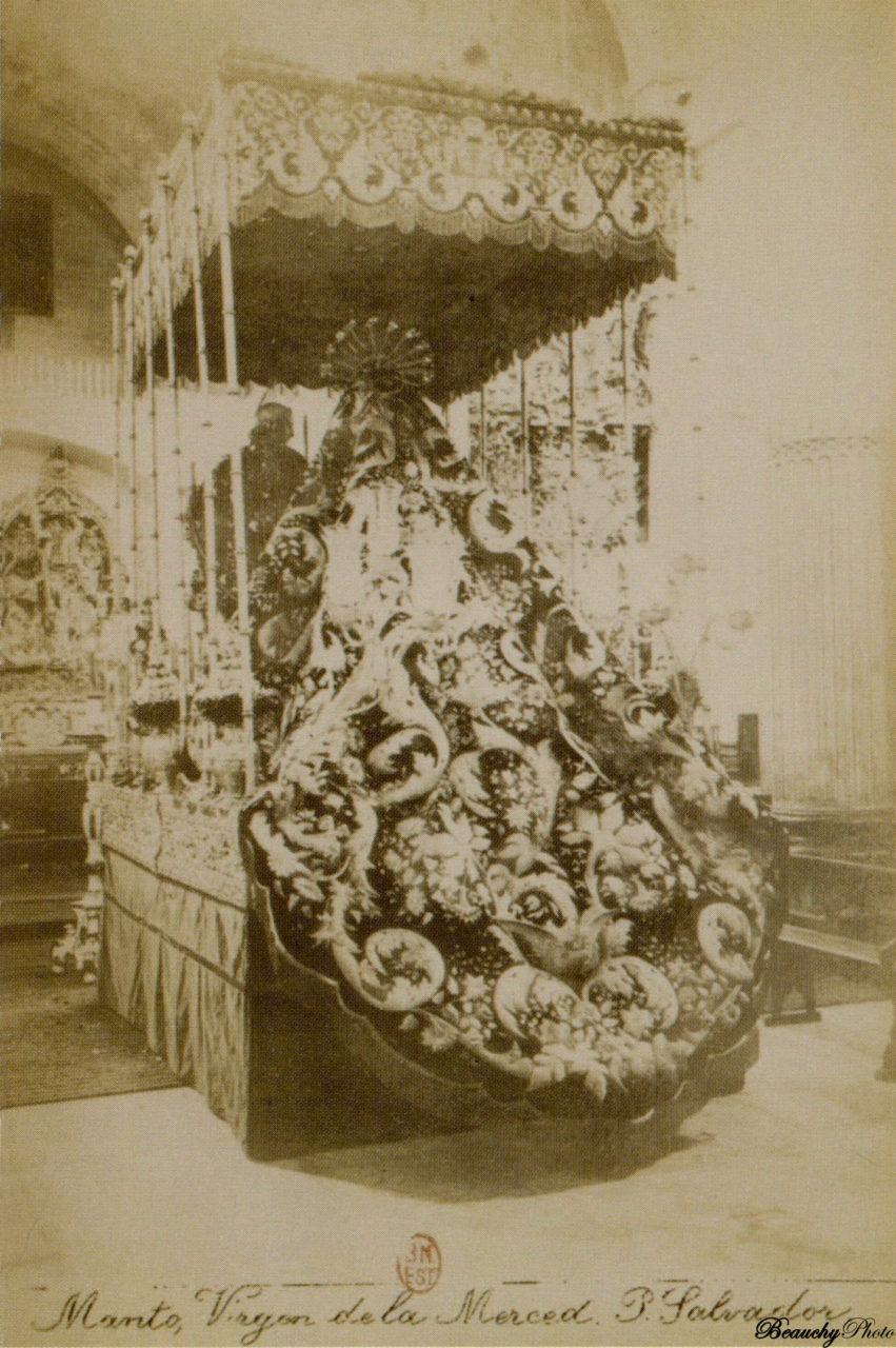 Manto de la Virgen de la Merced en la Plaza del Salvador