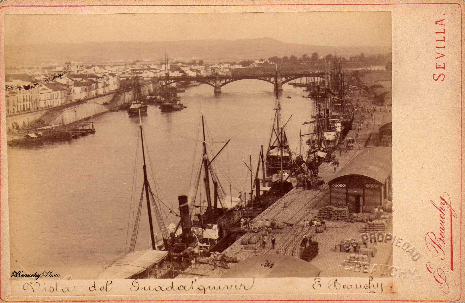 Vista del río Guadalquivir con el puente de Triana al fondo a su paso por Sevilla