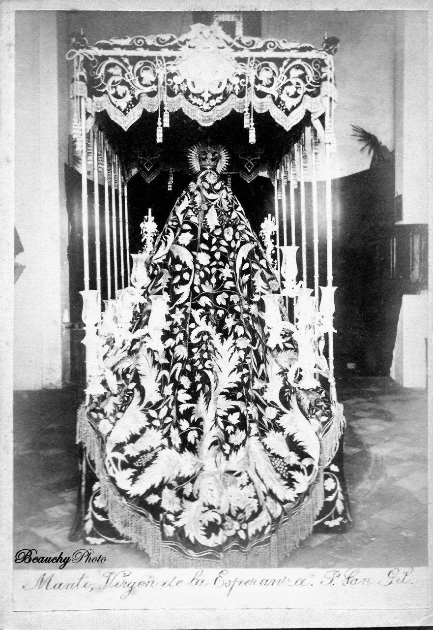 Manto de la Virgen de la Esperanza Macarena en la Puerta  San Gil 1891-1899