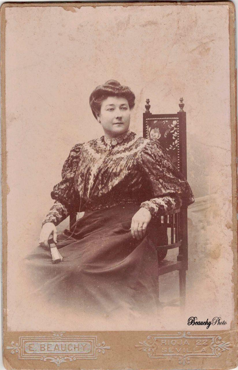 Mujer sentada con abanico