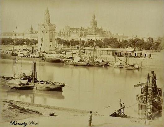 Muelle en el Río Guadalquivir con la Torre del Oro y la Catedral de Sevilla al fondo